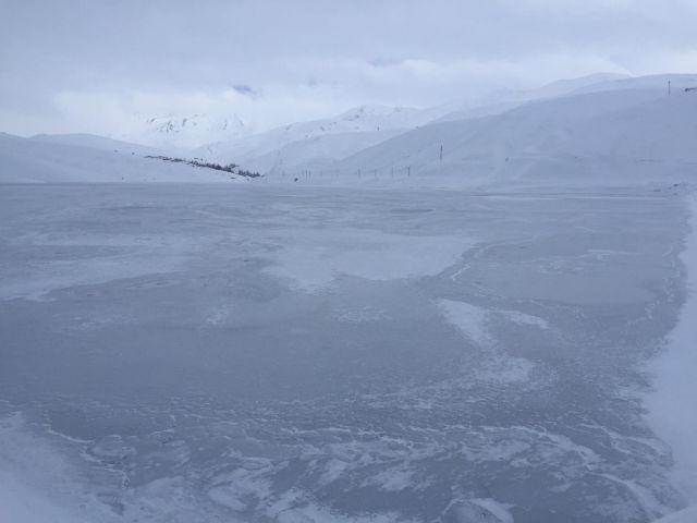 Yüksekova'da baraj gölü dondu