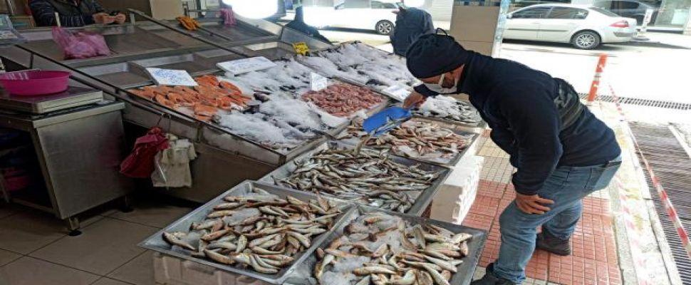 Sinop'ta kısıtlama günlerinde balık tezgahları boş kalmıyor