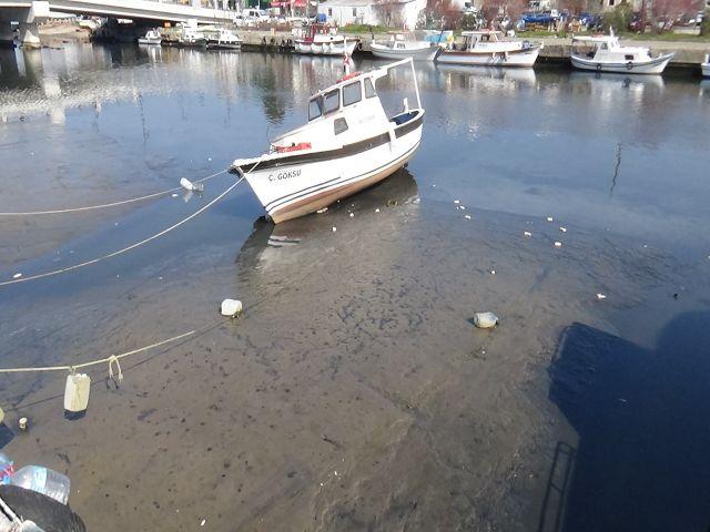 Sular çekildi tekneler karaya oturdu, balıkçılar avlanmaya çıkamadı